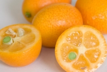 Kumquats-fruit-half-cut