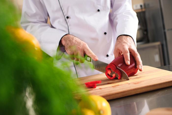 7 couteaux essentiels de moins de 100 $: un guide d&#39;achat court &quot;width =&quot; 700 &quot;height =&quot; 467 &quot;/&gt;</a></p><p>Source de l&#39;image: Depositphotos.com</p><h2>7 Couteaux de Chef Pas Cher et Essentiels à Domicile</h2><p>Les couteaux de chef sont en acier inoxydable, en acier au carbone ou en céramique. Les lames enrichies en carbone sont plus robustes que les autres. La poignée devrait vous offrir une prise ferme et une coupe sans effort. Le couteau devrait <em>glisser</em> dans la nourriture. Les couteaux suivants utilisent la technologie allemande ou japonaise. Le choix d&#39;un couteau professionnel dépend largement de vos préférences et de vos besoins. Si vous recherchez une liste complète des meilleurs couteaux de chef abordables lancés cette année, consultez l&#39;article lié sur les meilleurs couteaux <a href=